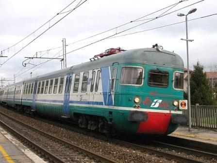 Si getta sotto un treno merci nella stazione di Manzano